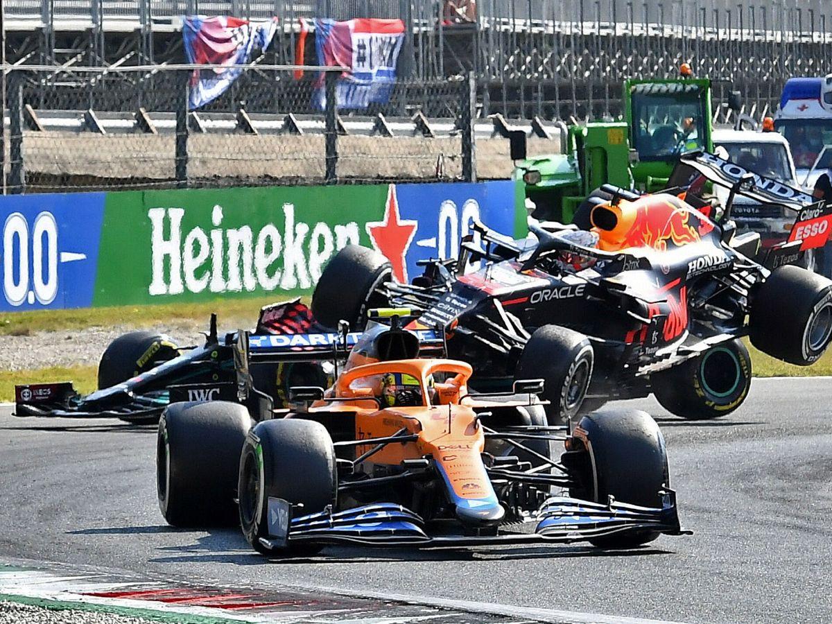 Foto: El momento preciso en que Hamilton y Verstappen dicen adiós a la carrera. (Reuters)