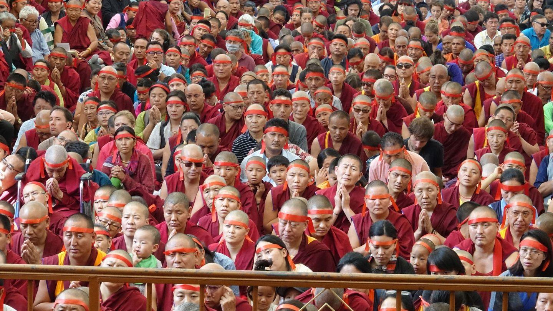 Fieles budistas en una ceremonia dirigida por el Dalai Lama. (EFE)