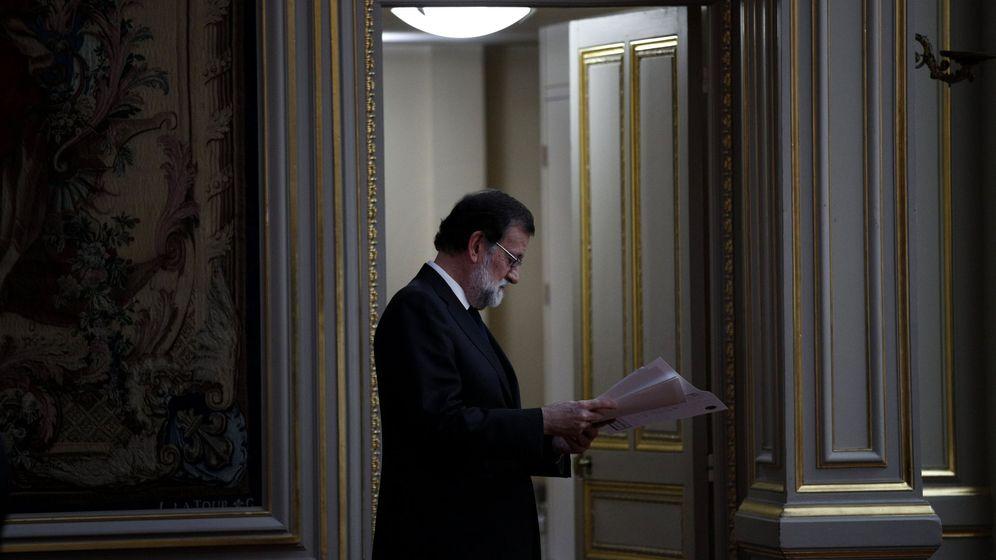 Foto: Mariano Rajoy lee unas notas antes de su comparecencia, el pasado 28 de agosto, en El Elíseo, en París. (EFE)