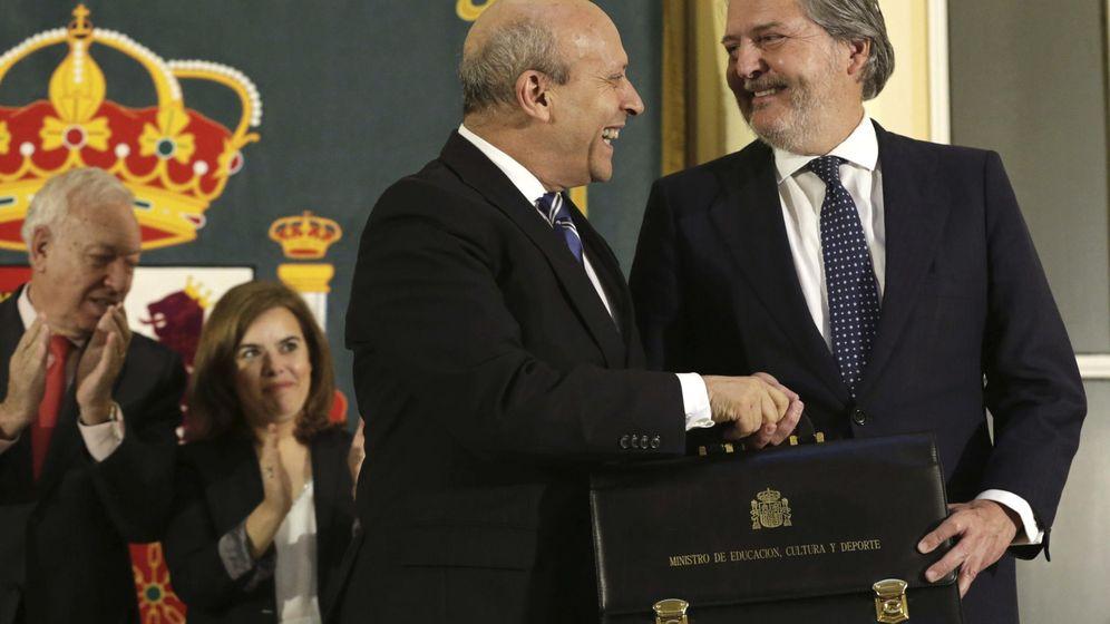 Foto: Méndez de Vigo recibe la cartera como nuevo ministro de educación de manos de su antecesor, José Ignacio Wert. (Efe)