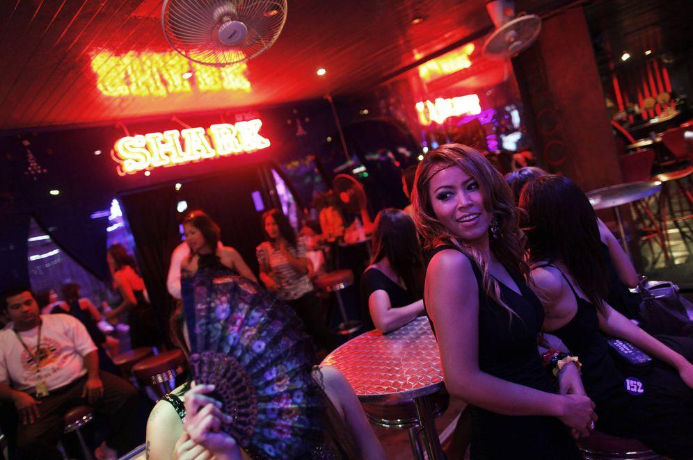 Foto: Mujeres tailandesas esperan clientes en Soi Cowboy, una calle de Bangkok famosa por sus clubs de alterne. (Reuters)