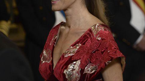 Begoña Gómez, mucho bordado y de rojo en su debut de gala en el Palacio Real