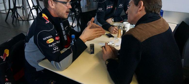 Foto: Andreas Sigl (i), 'global director' del programa de F1 de Infiniti, durante la entrevista con 'El Confidencial'.