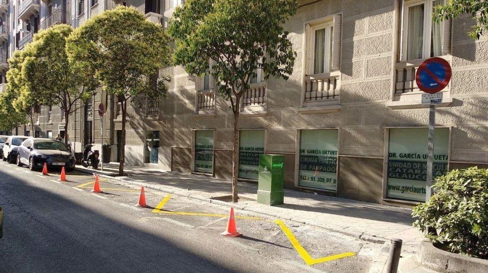 Foto: Las señales de prohibido aparcar suelen llevar debajo una leyenda con las restricciones de carga y descarga. (EFE)