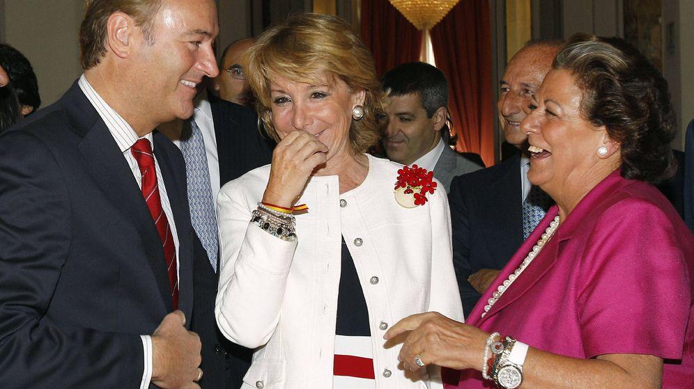 Foto: La expresidenta madrileña Esperanza Aguirre, el expresidente de la Generalitat Valenciana, Alberto Fabra, y la exalcaldesa de Valencia, Rita Barberá. (Efe)