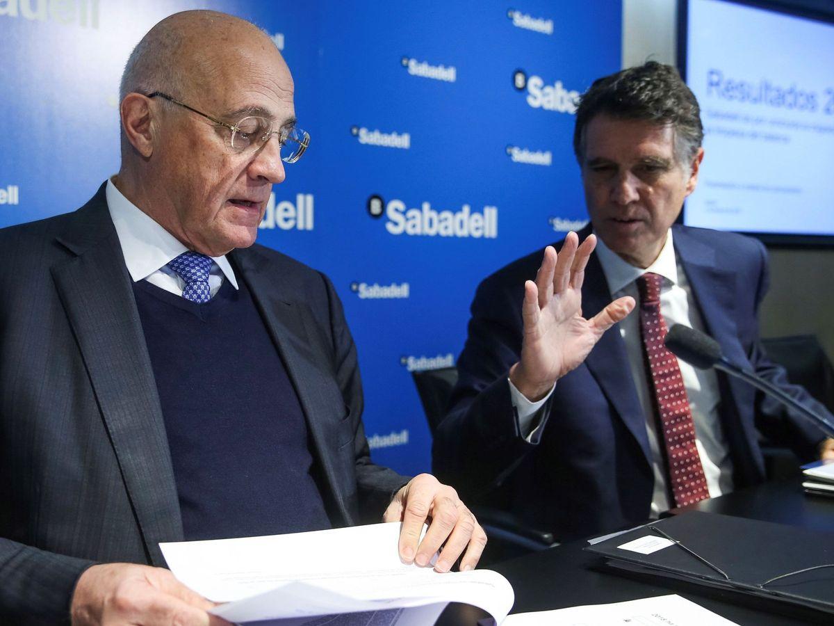 Foto: Josep Oliu (i) y Jaime Guardiola (d), presidente y CEO de Banco Sabadell. (EFE)