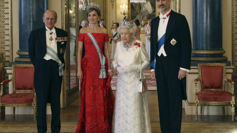 Los Reyes con Isabel II y el duque de Edimburgo. (EFE)