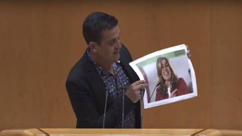 Un senador de Compromís rompe una foto de Susana Díaz y la llama gusana
