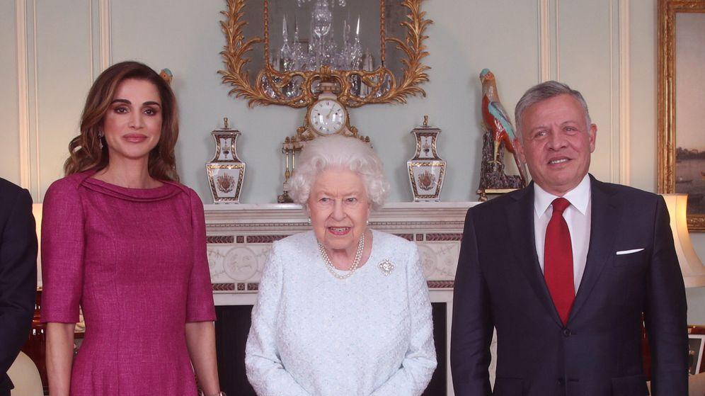 Foto: La reina Isabel con los reyes de Jordania. (Reuters)