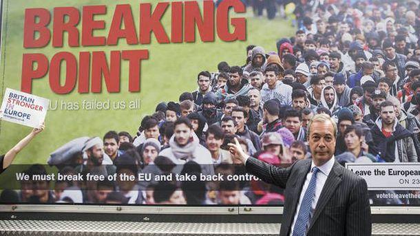 Foto: El exlíder del UKIP, Nigel Farage, con un cartel de refugiados en su campaña por el Brexit.