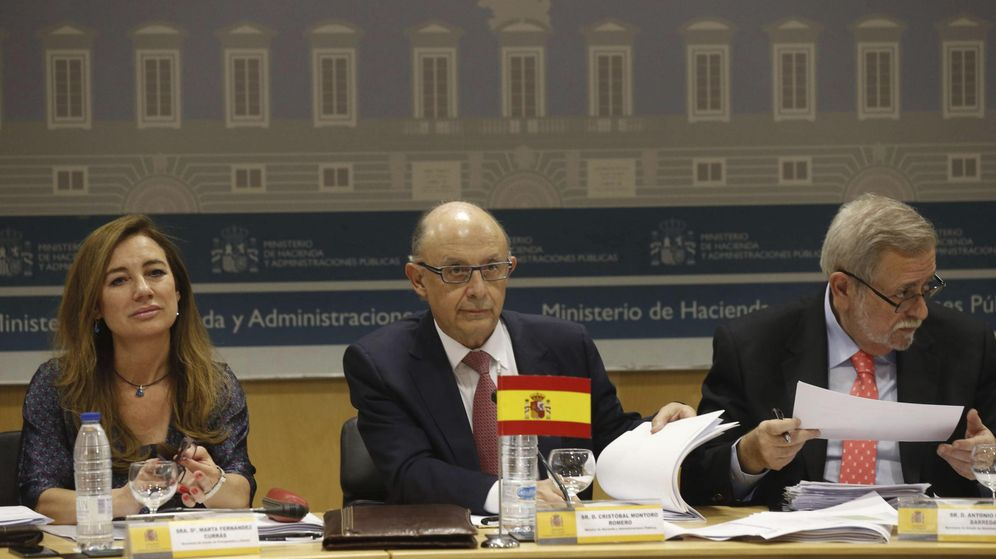 Foto: Montoro (c), junto al secretario de Estado de Administraciones Públicas, Antonio Beteta, y la secretaria de Estado de Presupuestos, Marta Fernández Curras, durante su asistencia al CPFF. (EFE)