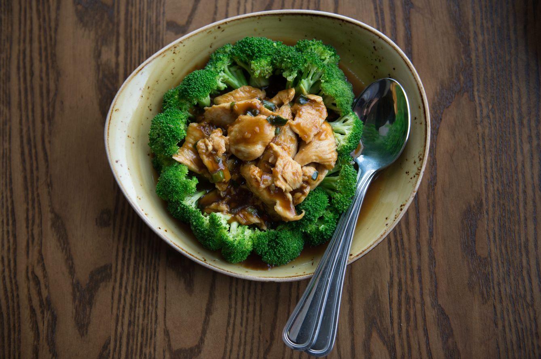 Pollo con brócoli (Imagen: Cordon Press)