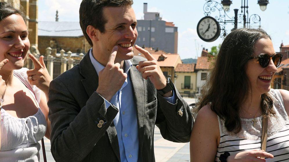 Foto: Pablo Casado, candidato a la presidencia del Partido Popular, durante su visita a León. (EFE)