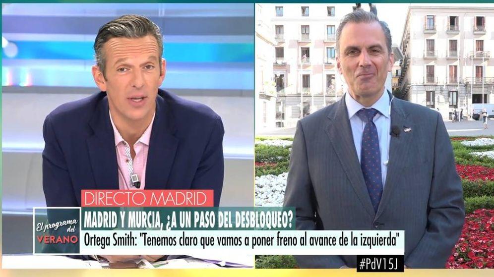 Foto: Momento en el que un espontáneo abuchea a Ortega Smith. (Telecinco)