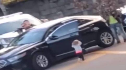Vídeo: un bebé baja del coche con las manos en alto ante la policía