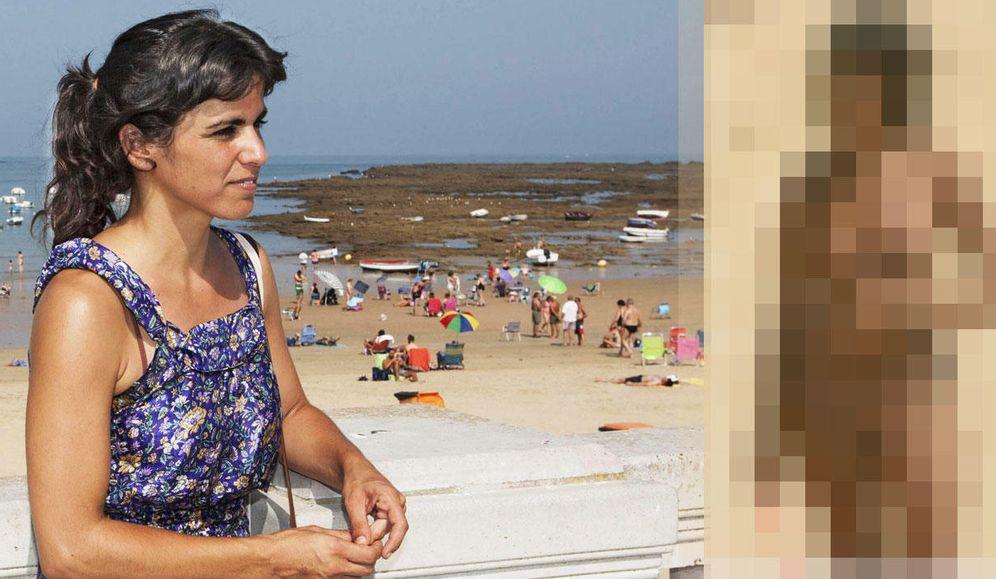Foto: Teresa Rodríguez, líder de Podemos en Andalucía, junto a la imagen de la polémica. (Vanitatis)