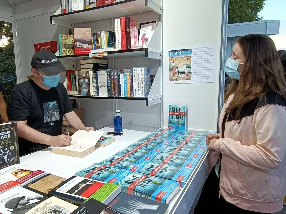 Foto: Caseta de la Feria del Libro donde firma Blue Jeans. (A. Caballero)