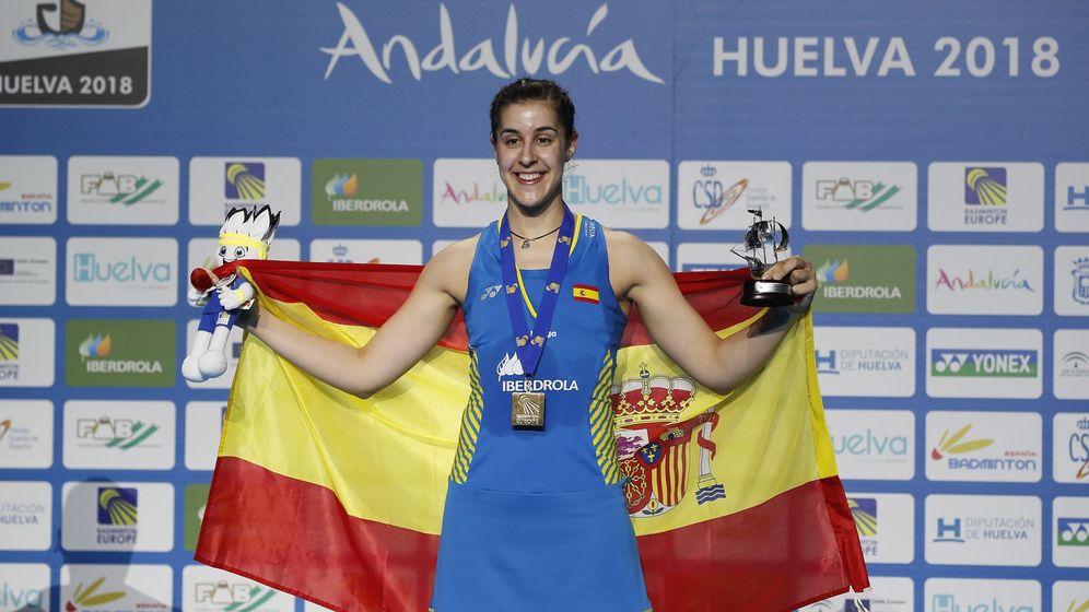Foto: Carolina Marín posa tras recibir la medalla de oro en el Campeonato de Europa de bádminton. (EFE)