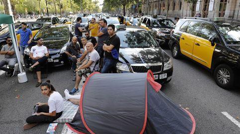 Segunda noche en la calle de los taxistas barceloneses y marchas lentas en Madrid