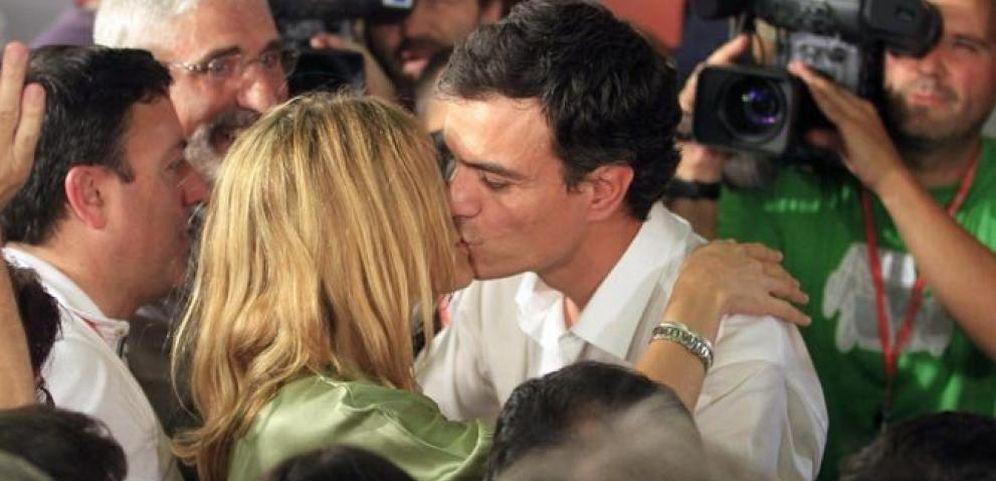 Foto: Pedro Sánchez besando a su esposa (EFE)