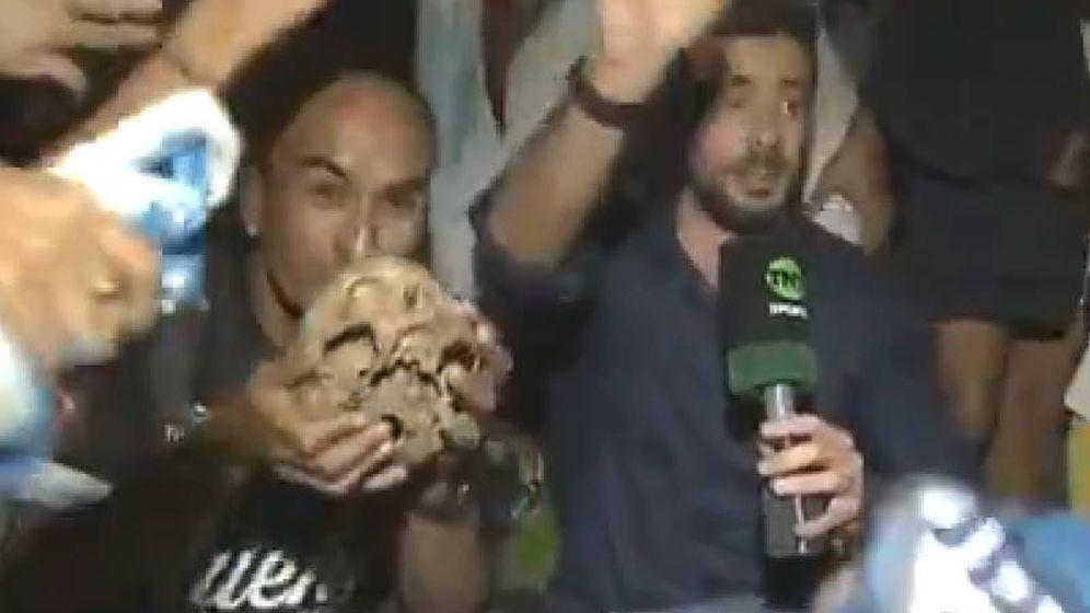 Foto: Gabriel Aranda llevó el cráneo de su abuelo a la celebración de Racing de Avellaneda (Foto: Twitter)