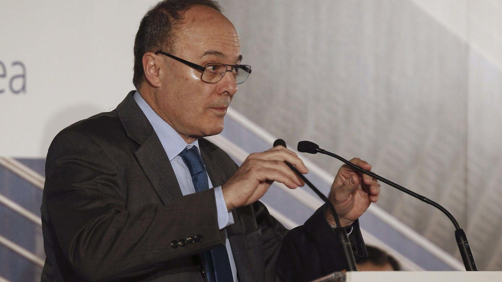 Foto: El gobernador del Banco de España, Luis María Linde, durante su intervención en el encuentro celebrado hoy en Madrid (EFE)