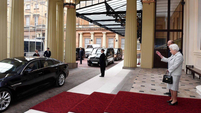 La reina Isabel II, a las puertas del palacio de Buckingham, en una imagen de archivo. (EFE)