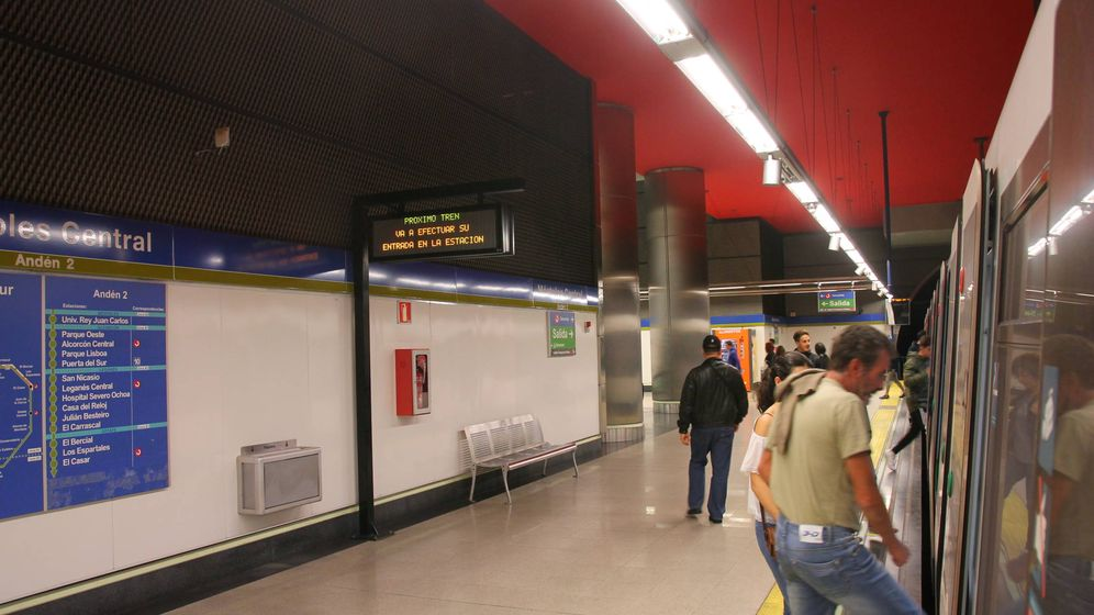 Foto: Imagen de la estación de metro de Móstoles Central, donde puede apreciarse a los nativos de la localidad haciendo cosas de mostoleños. (CC/Draceane)