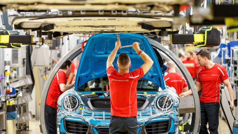 Foto: Mecánicos trabajan en una cadena de ensamblaje. (EFE)