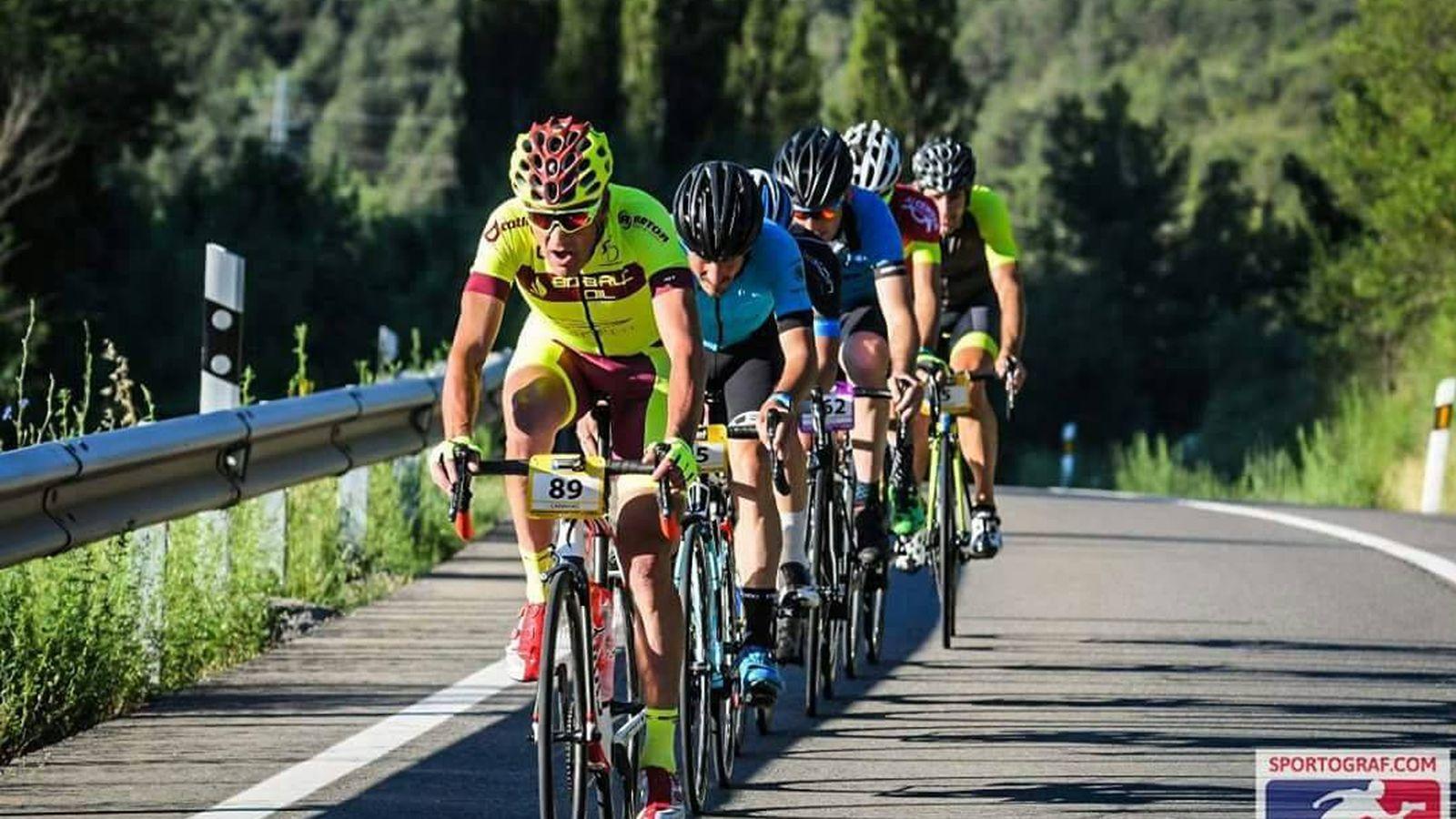 Foto: Carlos Caravias encabezando el grupo y con Olano al final del mismo.