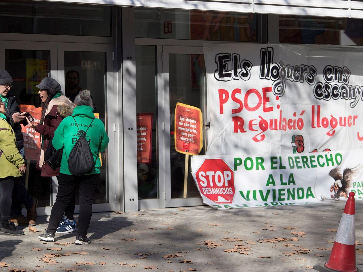 Foto: Protesta de la PAH en la sede del PSC en Barcelona. (EFE)