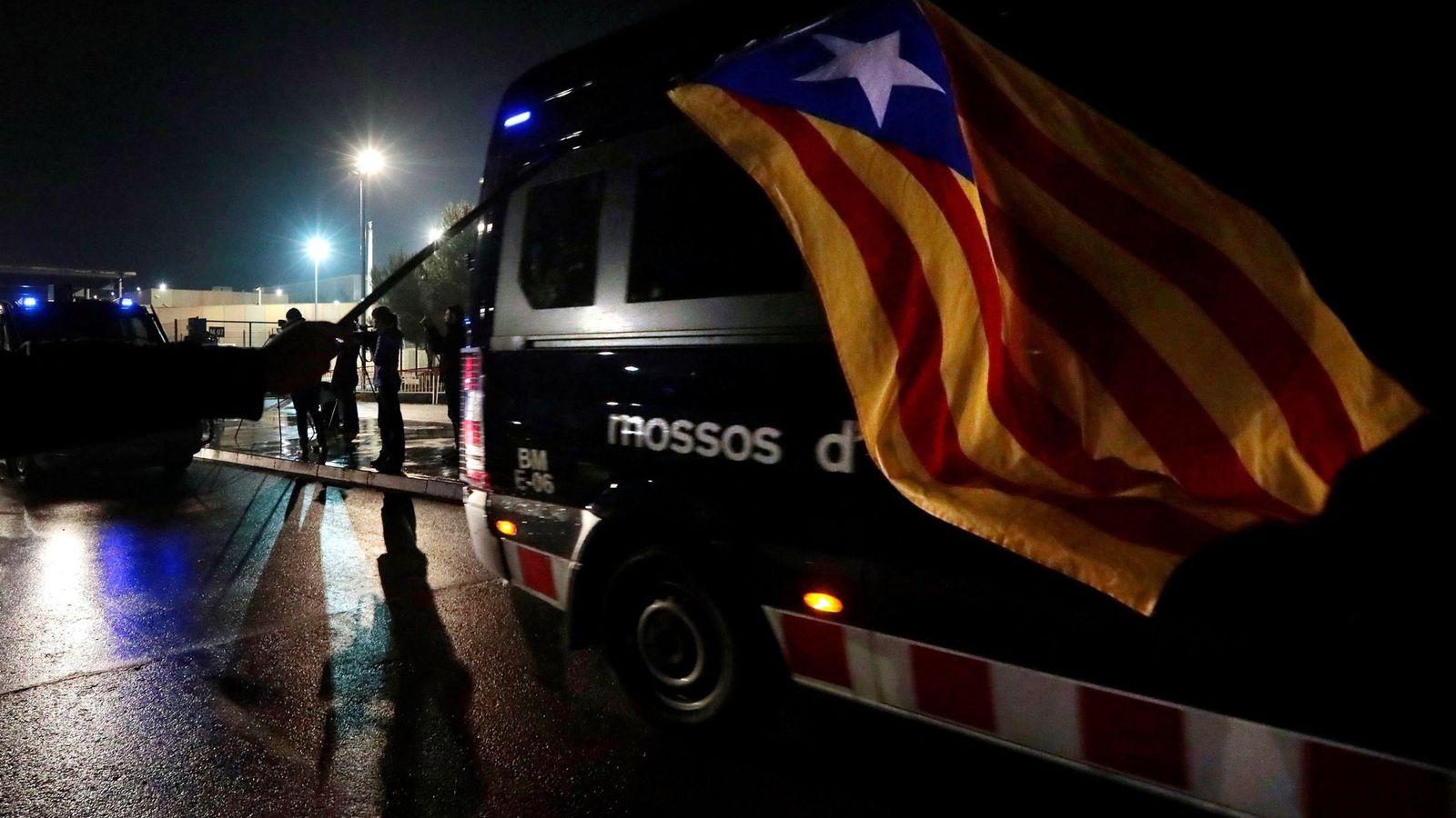Foto: Furgonetas de los Mossos salen de la cárcel de Lledoners para trasladar a los presos soberanistas a Madrid. (EFE)