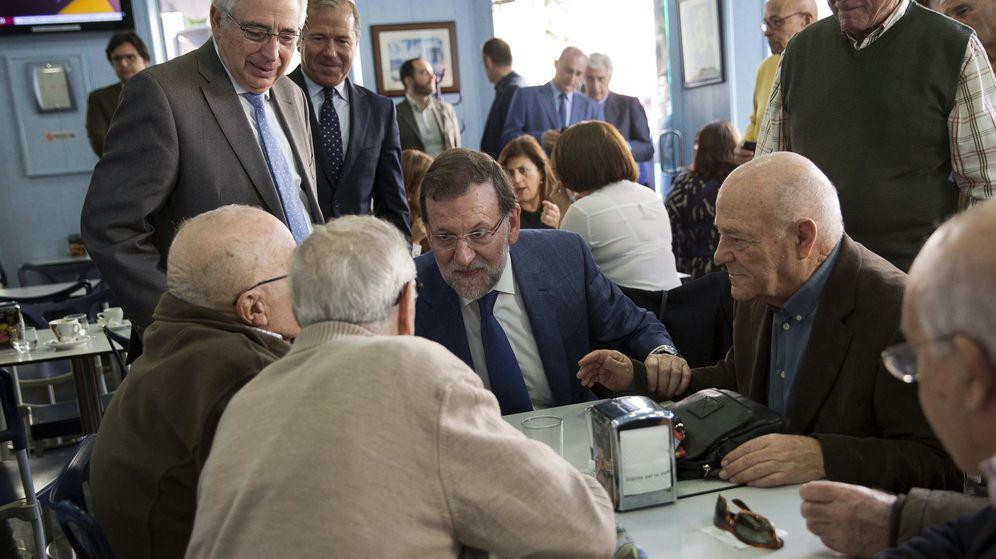 Foto: El presidente del Gobierno, Mariano Rajoy, visita en Melilla a un grupo de jubilados antes de las elecciones de 2015. (EFE)