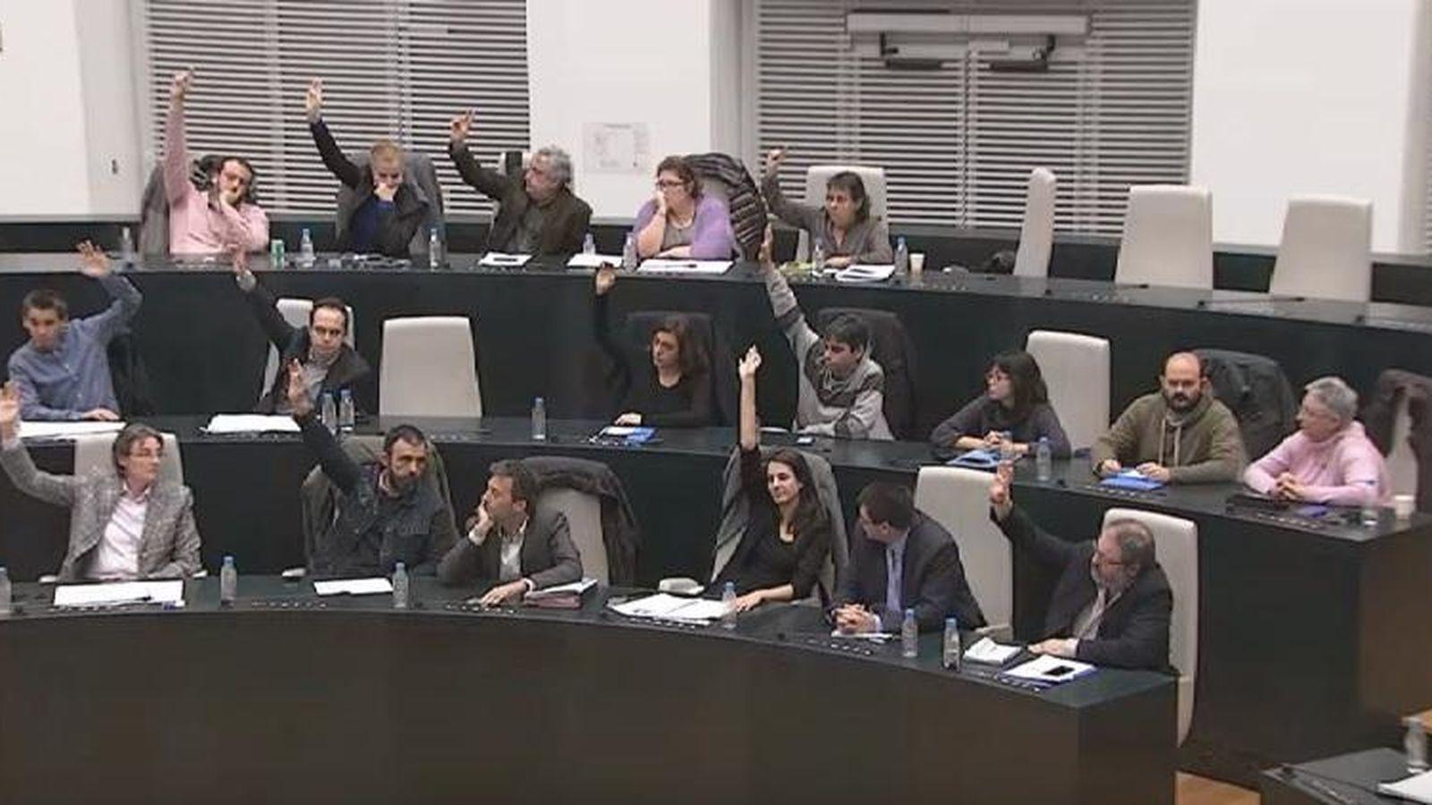 Foto: La bancada de Ahora Madrid vota a favor de dar luz verde al proyecto urbanístico de Raimundo Fernández Villaverde. Seis concejales votaron en contra. (EC)