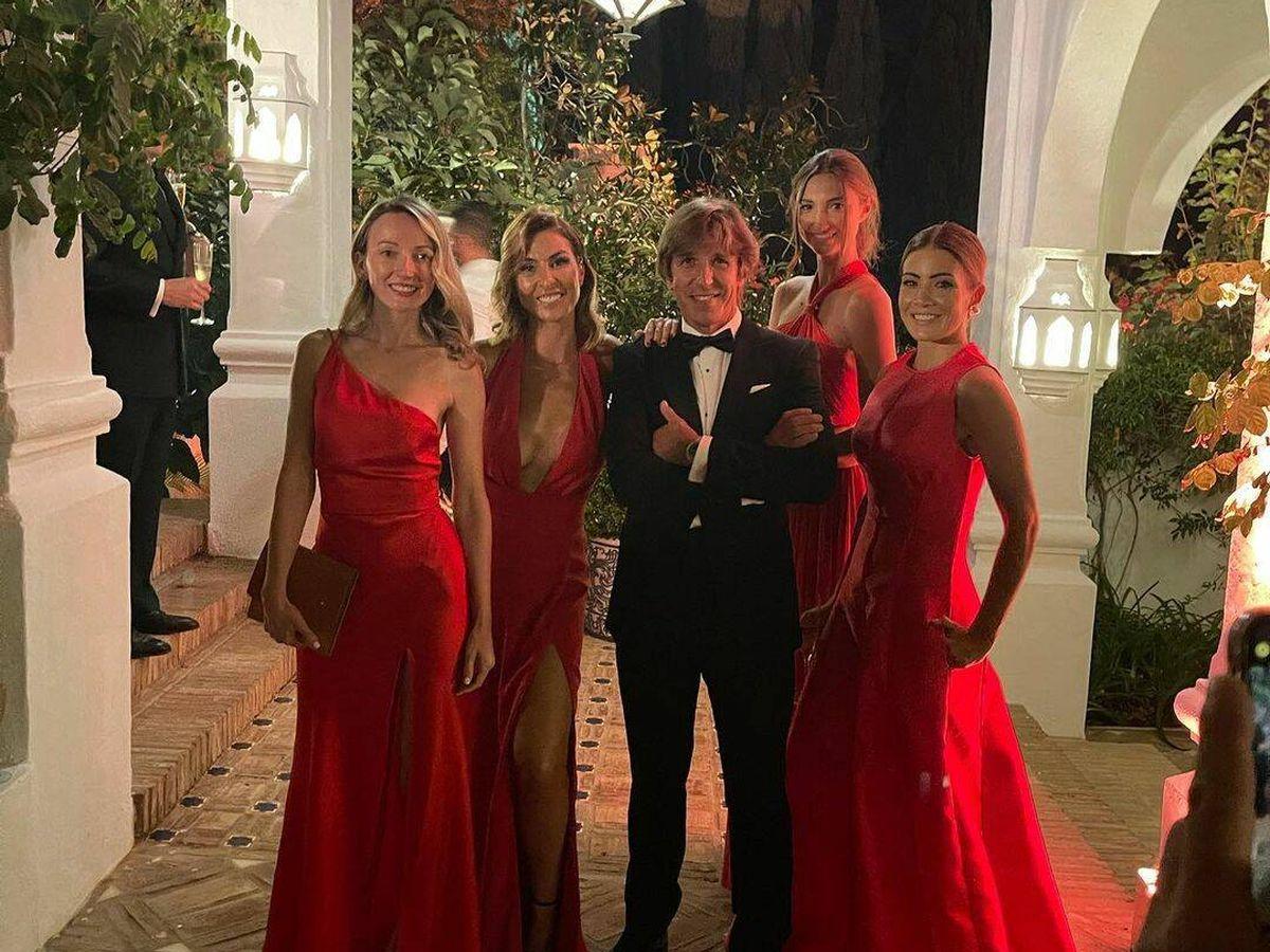 Foto: El Cordobés con Virginia Troconis y unas amigas en la boda de Francisco de Borbón. (IG)