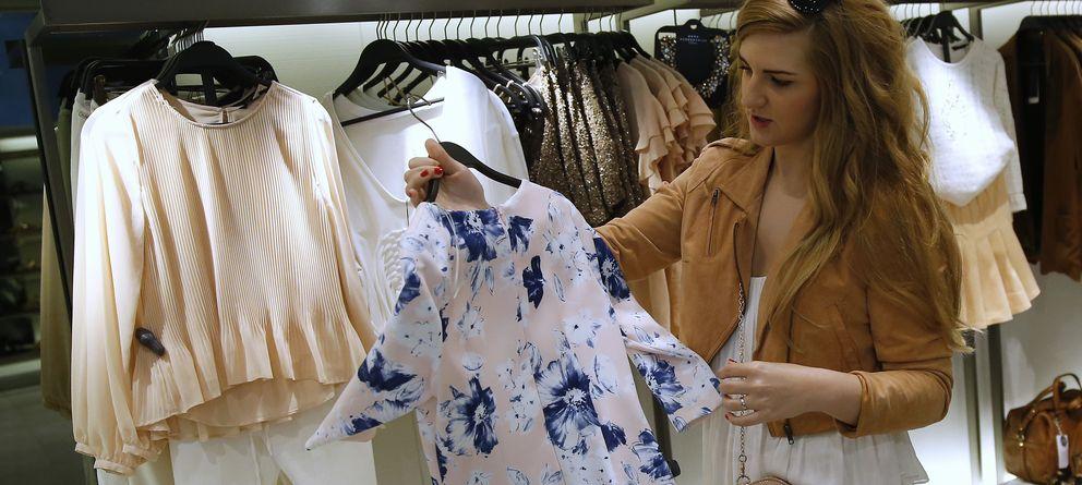 Foto: Una chica mira una camisa de Zara en Madrid (Reuters)