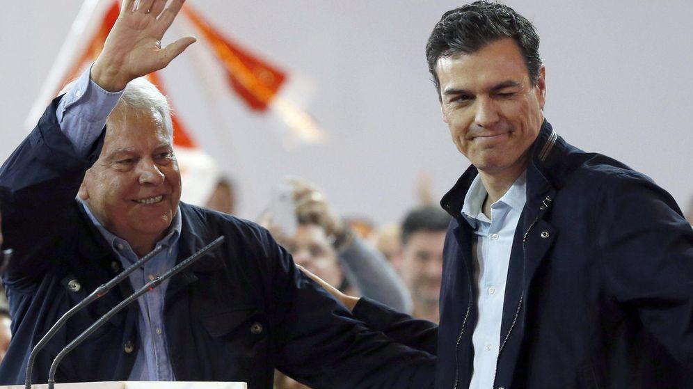 Foto: El secretario general del PSOE, Pedro Sánchez, acompañado por el expresidente del Gobierno Felipe González. (Efe)