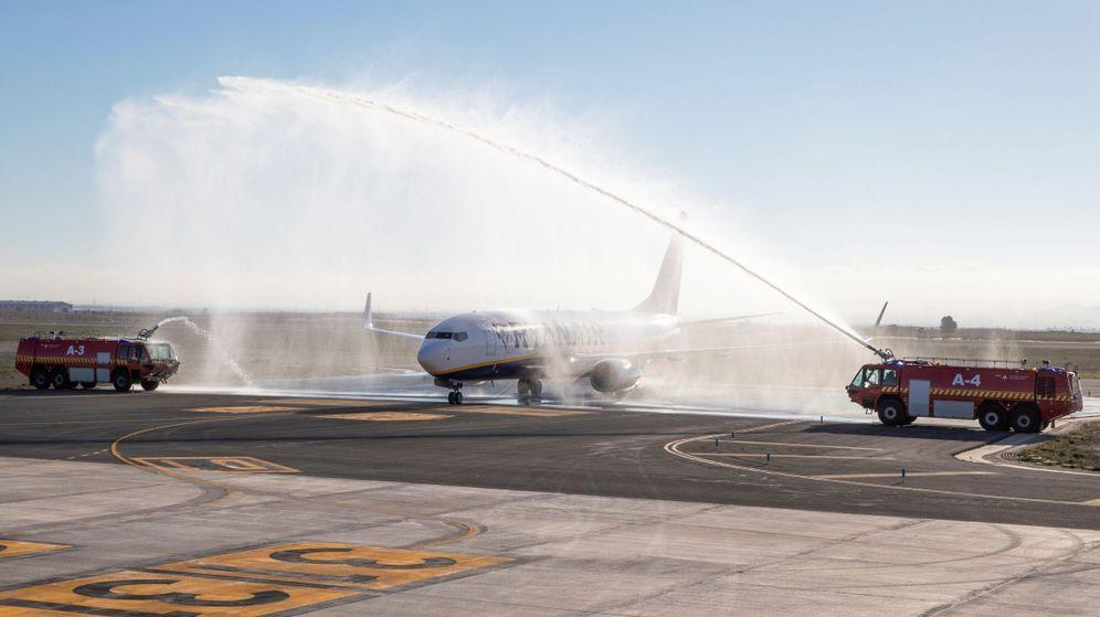 Foto: Camiones de bomberos pintan un arco de agua el día de la inauguración del Aeropuerto de Murcia. (EFE)