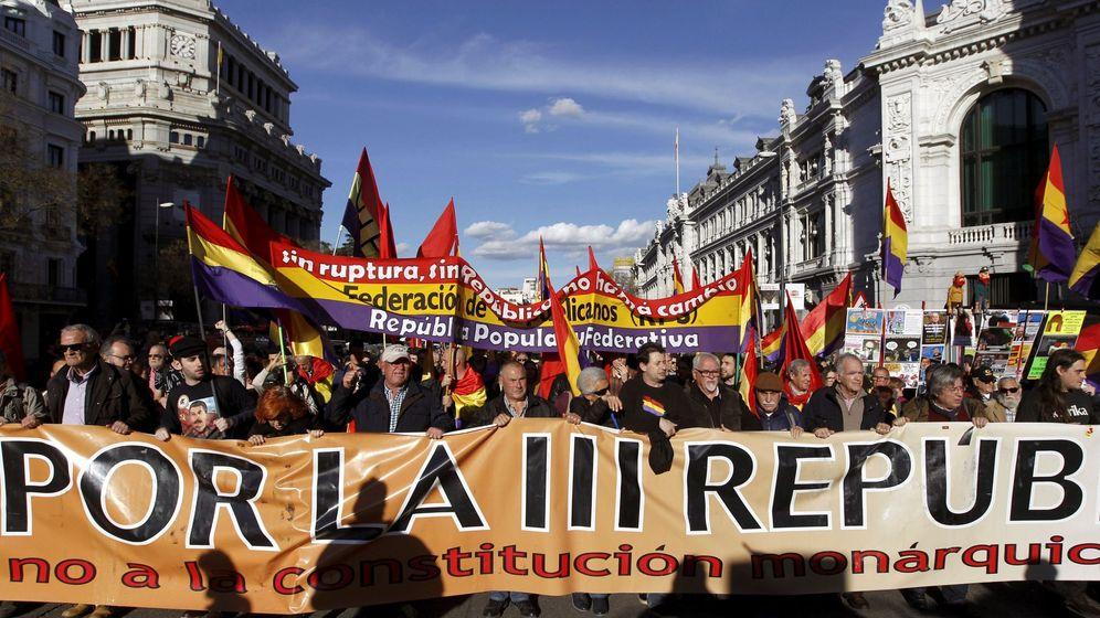 Foto: Cabecera de la manifestación en conmemoración del 87 aniversario de la II República española. (EFE)