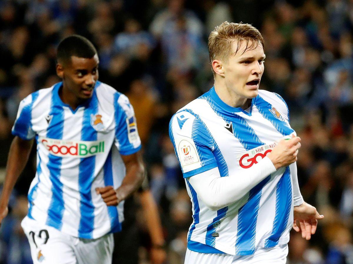 Foto: Odegaard, con Isak al fondo, celebra su gol al Mirandés en la semifinales de la Copa. (EFE)