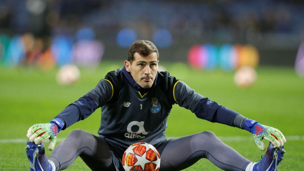 Foto: Iker Casillas hace estiramientos antes de empezar un partido con el Oporto. (Efe)
