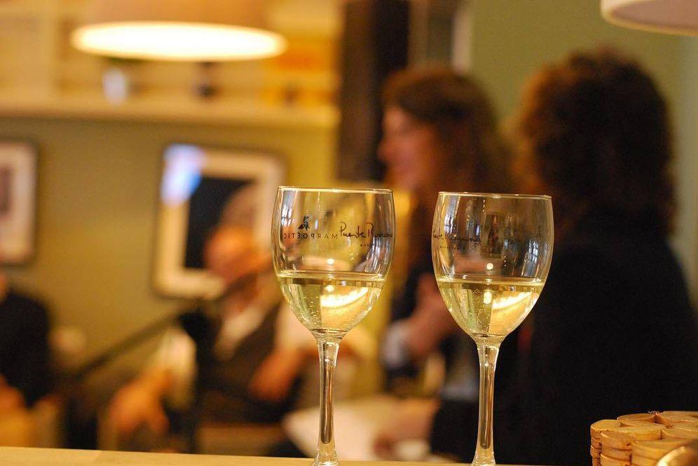 Foto: Recital poético y maridaje de vinos en Marpoética. (Graciana González)