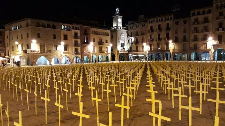 Foto: Foto de archivo de cientos de cruces eamarillas por los presos soberanistas en la plaza de Vic.
