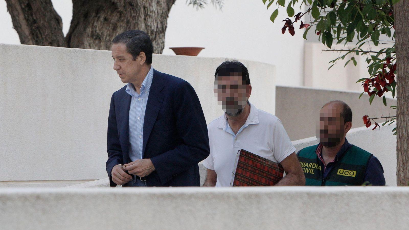 Foto: Zaplana, en mayo cuando fue detenido, llega a Benidorm (Alicante) para el registro de su chalé. (EFE)
