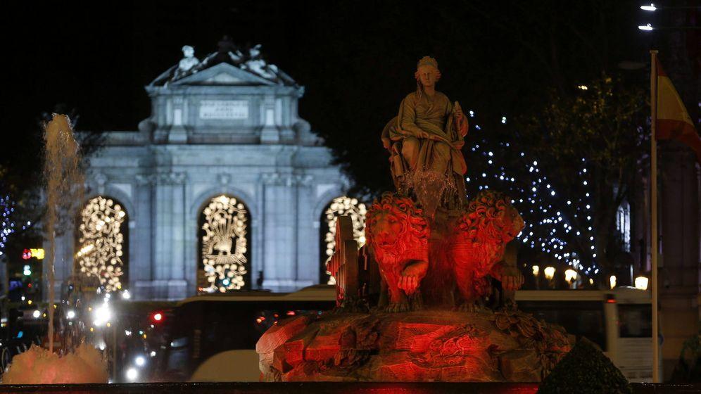 Foto: Iluminación navideña en la estatua de Cibeles y la Puerta de Alcalá, en Madrid. (EFE)