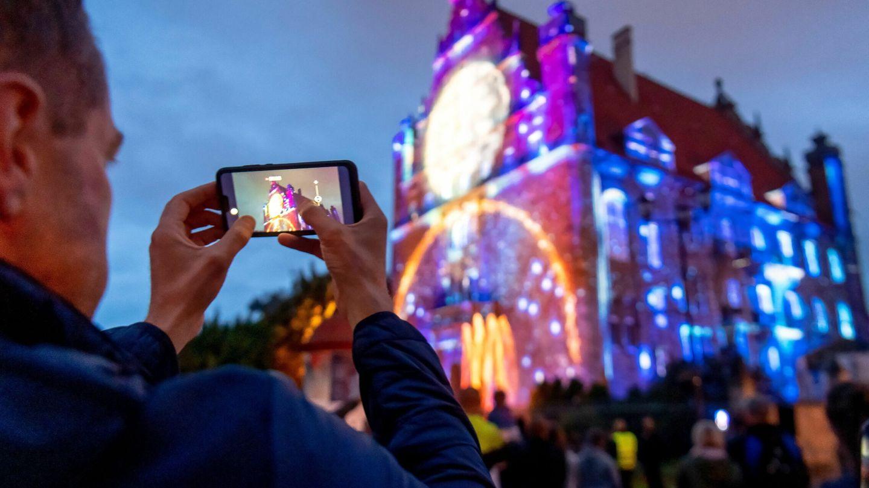 En las atracciones Disney siempre hay grandes colas (EFE EPA/Tytus Zmijewski)