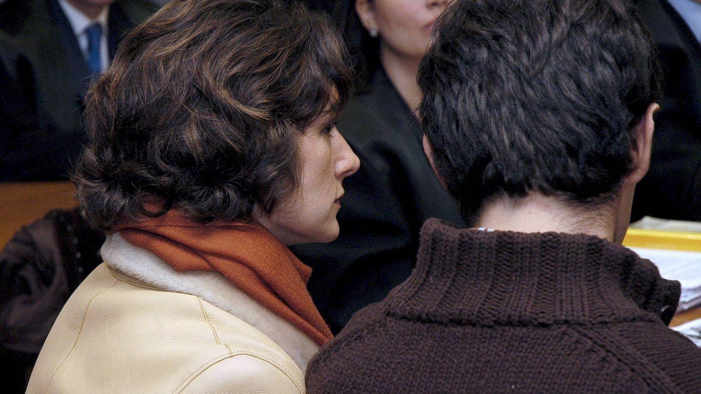 Telma Ortiz, junto a su ex Enrique Martín-Llop, en Toledo, en la vista por su demanda contra más de 50 medios de comunicación. (EFE)