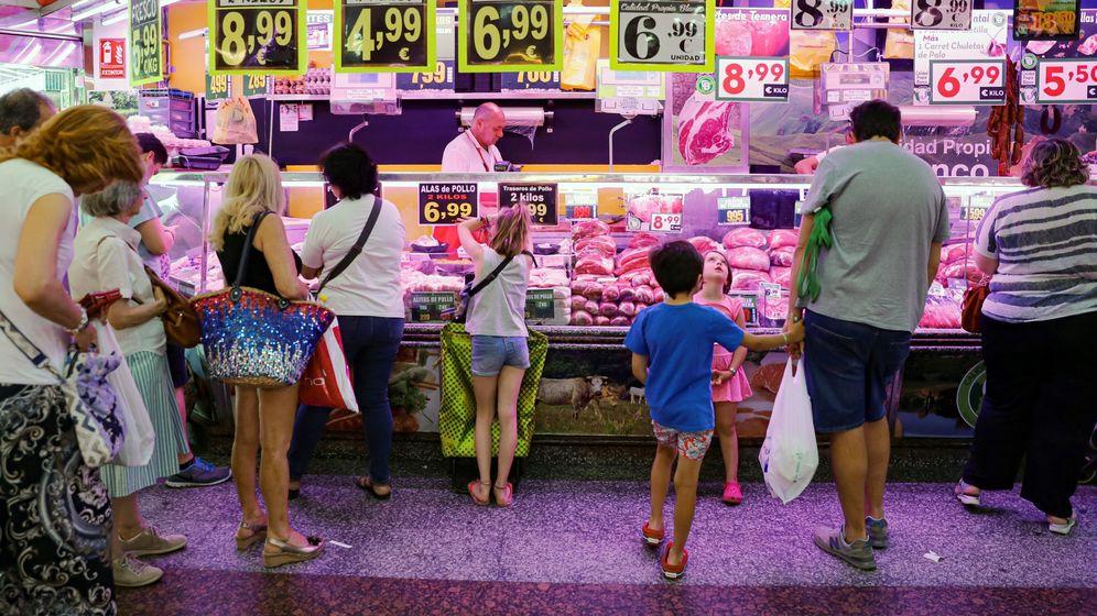 Foto: Varias personas esperan su turno en la carnicería de un mercado de abastos del centro de la capital.