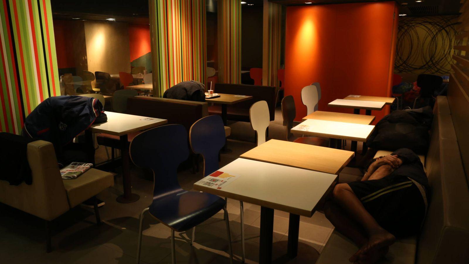 Foto: Cuatro personas duermen en un McDonald's de Hong Kong. (Foto: Ismael Arana)