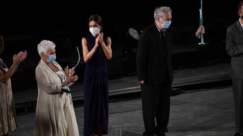 La reina entregando los premios Masters of Cinema a Judi Dench  y Stephen Frears. (Limited Pictures)